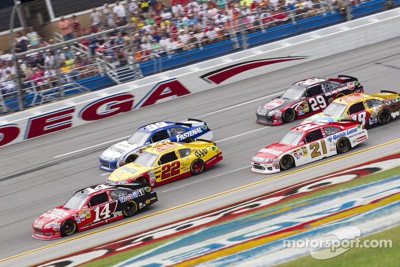 Rennaction mit Tony Stewart, Stewart-Haas Racing, Chevrolet, an der Spitze