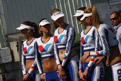 Jeunes femmes sur la grille