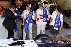 Ron Gouray, CEO del Club de Fútbol Chelsea; Kamui Kobayashi, Sauber F1 Team; Sergio Pérez, Sauber F1