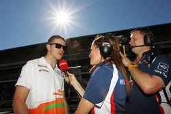 Paul di Resta, Sahara Force India F1 con Natalie Pinkham, Reportera de Pits de Sky Sports