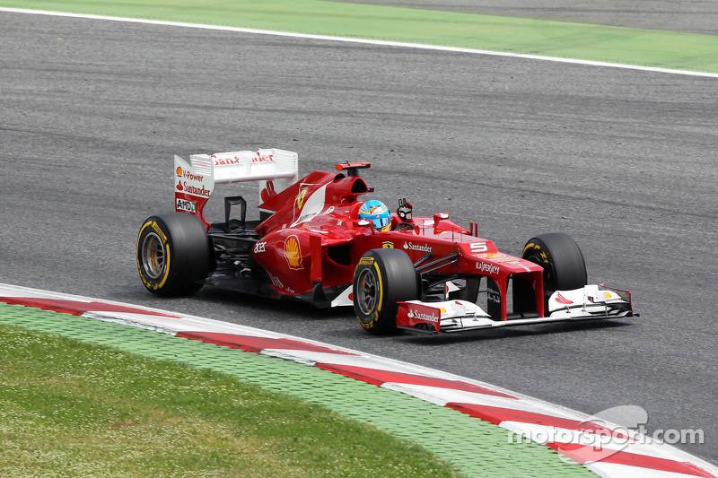Fernando Alonso, Scuderia Ferrari wuift naar het publiek na de kwalificaties