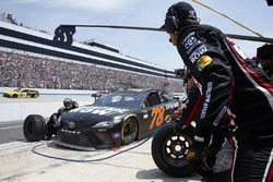Martin Truex Jr., Furniture Row Racing Toyota pit stop