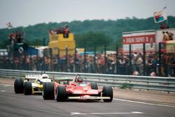 Жиль Вильнёв, Ferrari 312T4, и Рене Арну, Renault RS10