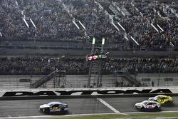 Ricky Stenhouse Jr., Roush Fenway Racing Ford toma la bandera a cuadros