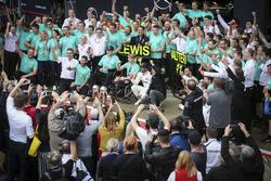 Гонщики Mercedes AMG F1 Льюис Хэмилтон и Валттери Боттас празднуют дубль вместе с Билли Монгером и командой