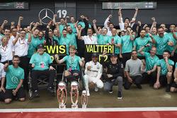 Победитель Льюис Хэмилтон и Билли Монгер с командой после гонки, Mercedes AMG F1