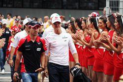 Timo Glock, Marussia F1 Team ve Michael Schumacher, Mercedes AMG F1 pilotlar geçit töreninde