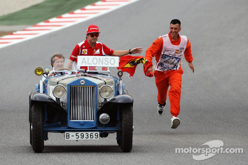 Fernando Alonso, Scuderia Ferrari en enthousiaste marshal, rijdersparade