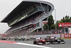 Fernando Alonso, Scuderia Ferrari y Pastor Maldonado, Williams en la salida