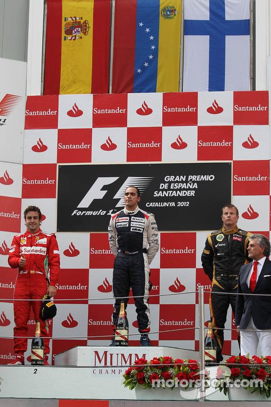 Podio, primer lugar Pastor Maldonado, Williams F1 Team con el segundo lugar Fernando Alonso, Scuderia Ferrari y el tercer lugar Kimi Raikkonen, Lotus Renault F1 Team