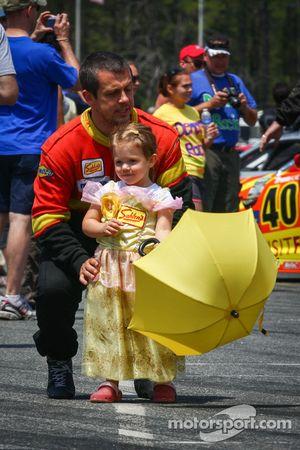 Wayne Nonnamaker escorteert Little Miss Sahlen's parasolmeisje naar de #42 Team Sahlen Mazda