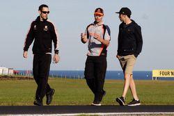 Craig Lowndes wandelt over het circuit