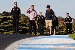 Jamie Whincup en Craig Lowndes wandelen op circuit