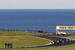 Teams wandelen op het circuit
