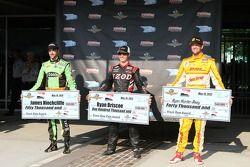 El ganador de la pole Ryan Briscoe, Team Penske Chevrolet, segundo más rapido James Hinchcliffe, And