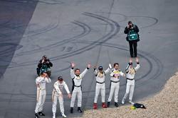 Mercedes rijders begroeten de fans