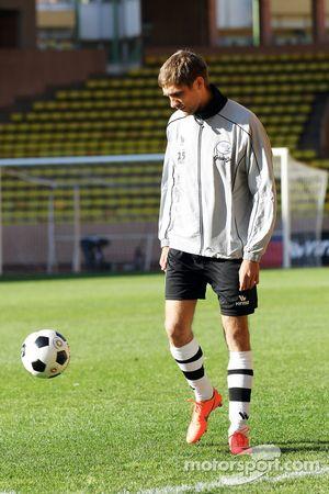 Vitaly Petrov, Caterham bij voetbalwedstrijd voor goede doel