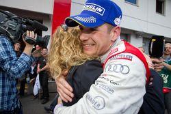 Race winnaar Marc Basseng met Christina Surer