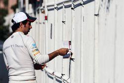 Sergio Perez, Sauber signeert handtekeningen voor de fans