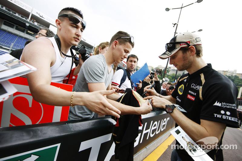 Romain Grosjean, Lotus F1 Team signeert handtekeningen voor de fans