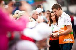 Paul di Resta, Sahara Force India F1 signeert handtekeningen voor fans