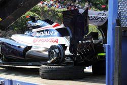 De Williams van Pastor Maldonado wordt terug naar de pitlane getakeld na crash in derdde oefensessie