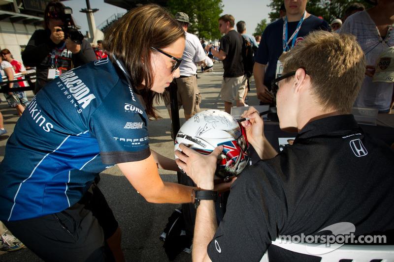 Josef Newgarden, Sarah Fisher Hartman Racing Honda signs a helmet dedicated to Dan Wheldon