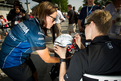 Josef Newgarden, Sarah Fisher Hartman Racing Honda signs a helmet dedicated to Dan Wheldon