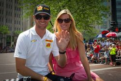 Indy 500 festival parade: Ryan Hunter-Reay, Andretti Autosport Chevrolet met vrouw Beccy Gordon