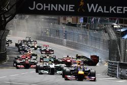 Mark Webber, Red Bull Racing lidera al inicio de la carrera a Romain Grosjean, Lotus F1 choca