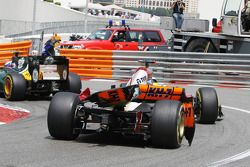 Pedro De La Rosa, HRT Formula 1 Team with a broken rear wing