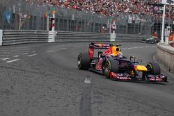 Mark Webber, Red Bull Racing leads Nico Rosberg, Mercedes AMG Petronas