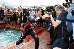 Race winnaar Mark Webber, Red Bull Racing viert met team in het Red Bull Energy Station