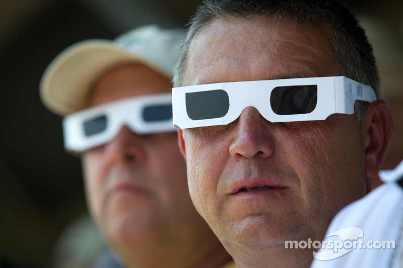 Fans wear white sunglasses during pace lap to remember Dan Wheldon