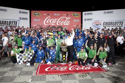Victory lane: winnaar Kasey Kahne, Hendrick Motorsports Chevrolet
