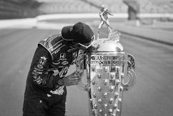 Winners photoshoot: Dario Franchitti, Target Chip Ganassi Racing Honda with the Borg-Warner Trophy
