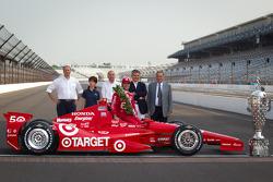 Winners photoshoot: Dario Franchitti, Target Chip Ganassi Racing Honda with the Dallara team