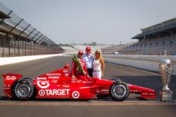 Sesión de fotos de los ganadores: Dario Franchitti, Target Chip Ganassi Racing Honda con el manager