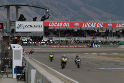 Martin Cardenas narrowly bests Jason DiSalvo in SportBike Race