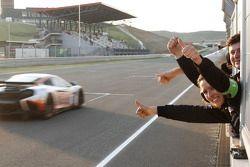 #1 Hexis Racing McLaren MP4-12C GT3: Frederic Makowiecki, Stef Dusseldorp pakt overwinning