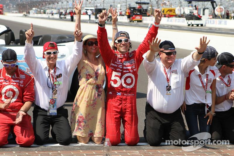 Ganador de la carrera Dario Franchitti, Target Chip Ganassi Racing Honda besa la yarda de ladrillos