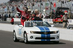 Race winner Dario Franchitti, Target Chip Ganassi Racing Honda takes the victory lap with wife Ashle