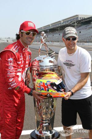 Winners photoshoot: Dario Franchitti, Target Chip Ganassi Racing Honda with the Borg-Warner Trophy a