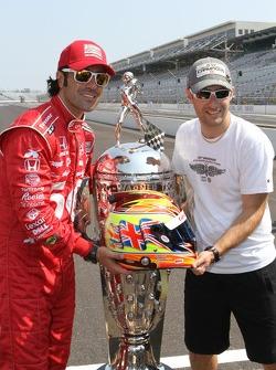 Sesión de fotos de los ganadores: Dario Franchitti, Target Chip Ganassi Racing Honda con el trofeo B