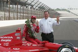 Sesión de fotos de los ganadores: Dario Franchitti, Target Chip Ganassi Racing Honda con Chip Ganass