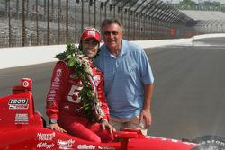Sesión de fotos de los ganadores: Dario Franchitti, Target Chip Ganassi Racing Honda con su padre