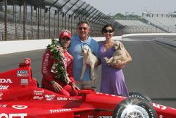 Sesión de fotos de los ganadores: Dario Franchitti, Target Chip Ganassi Racing Honda con su padre y