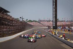 Restart: Ryan Briscoe, Team Penske Chevrolet leads the field