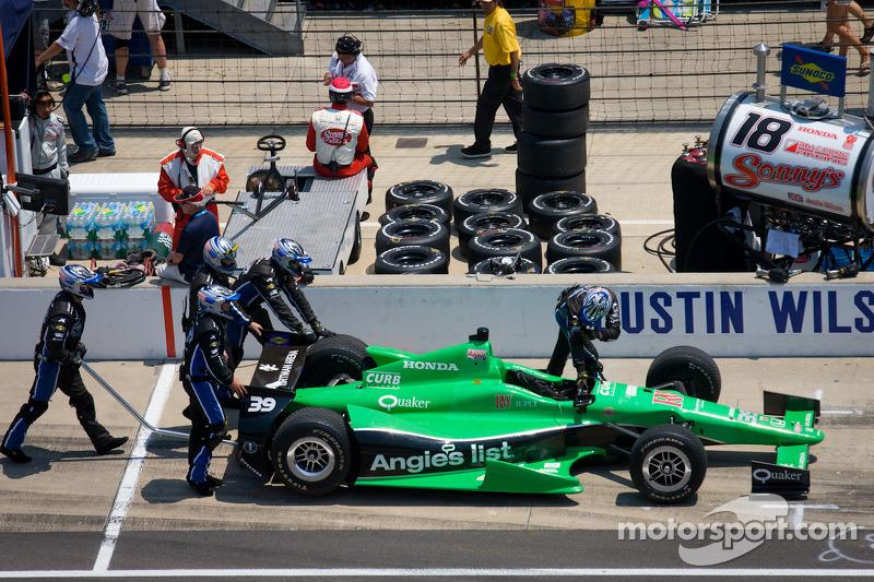 Coche de Bryan Clauson, Sarah Fisher Hartman Racing Honda empujado hacia los boxes
