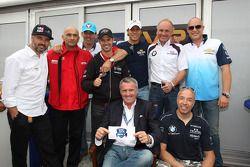 Marcello Lotti, WTCC General Manager en de rijders van de 100-RACE CLUB, Yvan Muller, Chevrolet Cruz